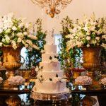 Mesa decorada com bolo de casamento
